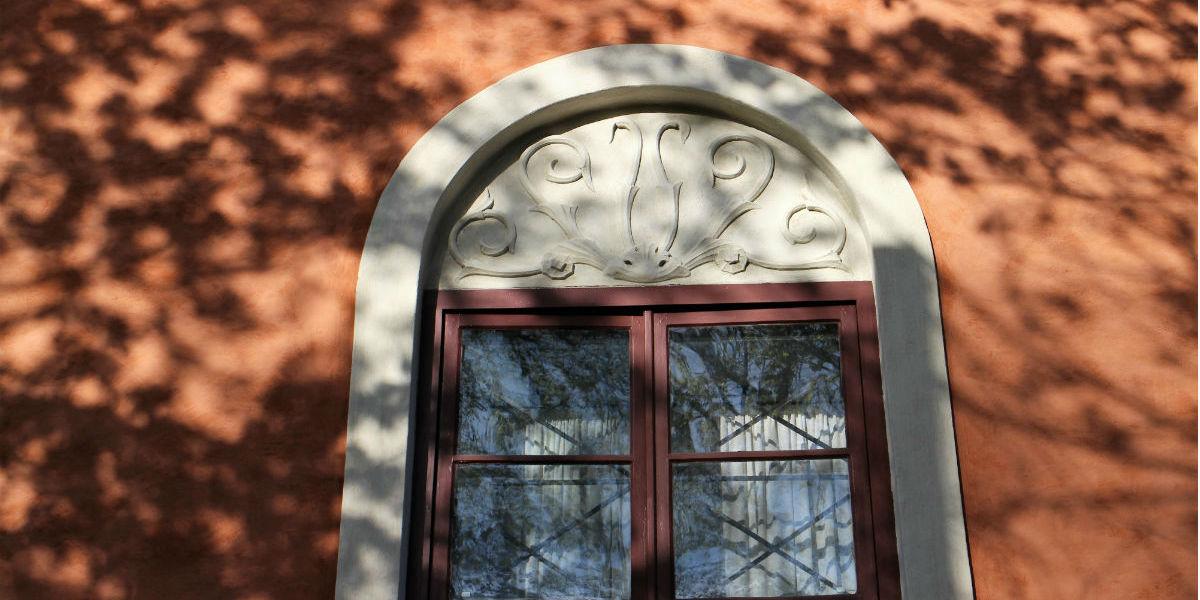 Kalkmålning av fasadputs.